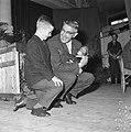 Burgemeester Thomassen bracht drie aapjes naar Blijdorp, hier met de jongste aap, Bestanddeelnr 918-2335.jpg