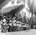 COLLECTIE TROPENMUSEUM Beroepsdanseressen voeren een dans uit op een dodenfeest in kampong Sadang Celebes TMnr 10003205.jpg
