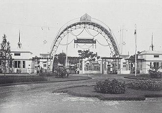 Colonial Exhibition of Semarang - Image: COLLECTIE TROPENMUSEUM De hoofdingang van de Koloniale Tentoonstelling in Semarang T Mnr 60039517