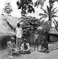 COLLECTIE TROPENMUSEUM Voor een onderzoek worden duimafdrukken afgenomen te Pangtonggal Madura TMnr 10001658.jpg
