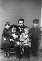 Cajal y sus hijos Barcelona 1889.jpg