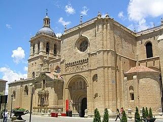Catedral de Ciudad Rodrigo. Vista general con Portada de las Cadenas en primer plano.jpg