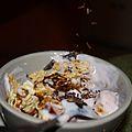 Cereales con yogourt y sirope de chocolate.jpg