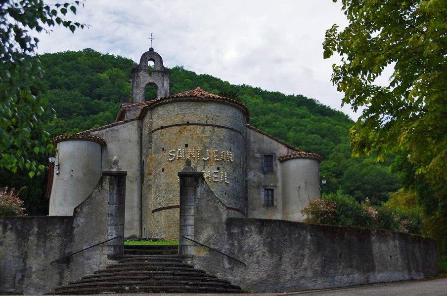 La chapelle est vue en venant du centre du village.
