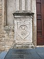 Chiesa di San Pietro martire - Rieti - portale principale, bassorilievo sinistra 01.jpg