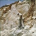 Collectie Nationaal Museum van Wereldculturen TM-20029517 Arbeider met drilboor op een steenafgraving bij Canashito Aruba Boy Lawson (Fotograaf).jpg