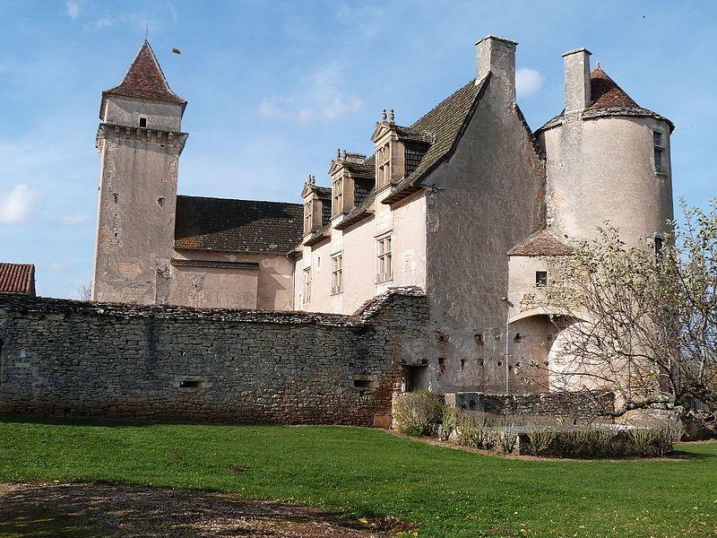 Corps de logis principal;du château de Couanac avec ses deux tours d'angle, l'une ronde, l'autre carrée.
