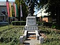 Denkmal des Ersten Weltkrieges, Fahnen und Rathaus, 2018 Dombóvár.jpg