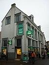 foto van Herenhuis onder hoog zadeldak, waarin twee dakvensters met fronton