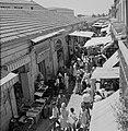 Drukbezocht marktstraatje in de stad, op de voorgrond een groente- en fruitverko, Bestanddeelnr 255-2268.jpg