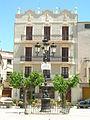 E07 Plaça del Comerç, fanal i edifici modernista (Ca Sol).jpg