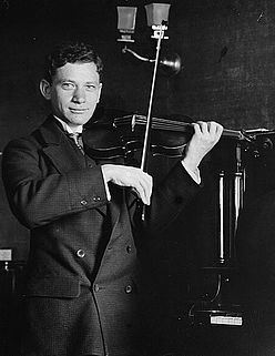 Efrem Zimbalist playing violin.jpg
