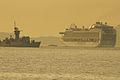 El crucero Emerald Princess pasa junto a la fragata en su salida de la Ría de Vigo (15424295868).jpg
