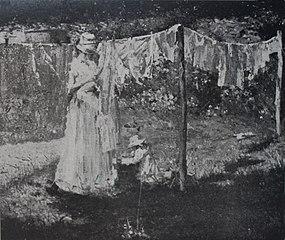 Mãezinha estendendo roupa