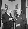 Fabrieksdirecteur Jan van Abbe (links) in gesprek met sigaarrokende fotograaf Wi, Bestanddeelnr 255-8454.jpg