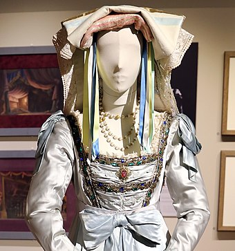 File:Franco zeffireli, costume per fiorilla indossato da maria callas per il turco in italia di rossini, teatro alla scala, 1955 (cropped).jpg (Source: Wikimedia)