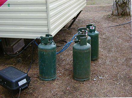 le familiari bombole di gas in questo caso in un campeggio