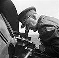 Generaal HJ Kruls kijkt door een periscoop, Bestanddeelnr 254-2259.jpg