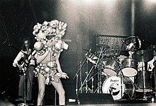 Peter Gabriel (al centro) travestito da