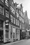foto van Huis met 18e-eeuwse gevel waarvan de klokvormige top is verdwenen en vervangen door een provisorische houten bekroning