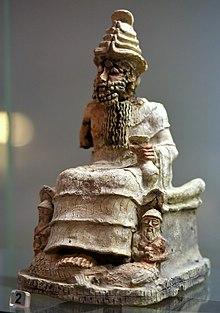 God Ea, zittend, met een kopje vast.  Uit Nasiriyah, Zuid-Irak, 2004-1595 BCE.  Irak Museum.jpg