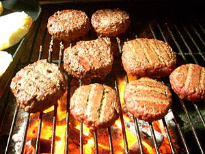 Español: Cocinando carne para hamburguesa al g...