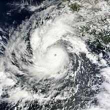 Ein ausgewachsener Hurrikan mit einer kreisförmigen Wolkenmasse mit einem kleinen, gut definierten Auge in der Mitte nähert sich Mexiko von Südwesten.