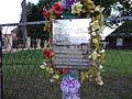Huta Krzeszowska - tabliczka pamiątkowa na krzyżu.jpg