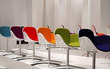 Un'esposizione scenografica che mostra tutti i colori presenti in catalogo di un tipo di sedia (2009)