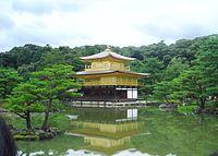 วัดคิงงะกุจิ ในเมืองเกียวโต ซึ่งอาจจะเป็นหนึ่งในสิ่งก่อสร้างที่โด่งดังที่สุดของญี่ปุ่น เป็นที่พำนักของโชกุนในยุคมุโระมะจิ