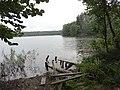Jezioro Skarp - pozostałości pomostu na północnym brzegu, przy punkcie czerpania wody - panoramio.jpg