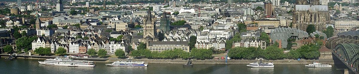 Panorama Altstadtufer. In der Mitte Groß St. Martin, rechts Kölner Philharmonie und Museum Ludwig, ganz außen Hohenzollernbrücke mit Einfahrt in den Kölner Hauptbahnhof.