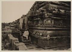 KITLV 40012 - Kassian Céphas - The southern stairs on the west side of the Shiva temple of Prambanan near Yogyakarta - 1889-1890.tif