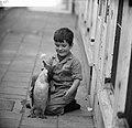 Kinderen brengen vakantie door in stad. Jongetje met pinguin, Bestanddeelnr 912-7948.jpg