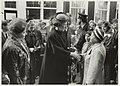 Koningin Beatrix bij de opening van het nieuwe justitiecomplex in de Jannstraat. Rechts burgemeester Schmitz en achter de koningin de Commissaris van de Koningin in Noord-Holland R. de Wit. NL-HlmNHA 54020712.JPG