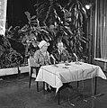 Koninklijk paar tijdens een persconferentie op Schiphol, Bestanddeelnr 918-3229.jpg