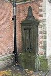foto van Pomp tegen Hooglandse Kerk, zuiderdwarspand. Hardsteen, van obelisk bekroning voorzien
