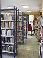 Llupia - Bibliothèque rayonnages.JPG