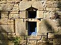 Logonna-Daoulas, fenêtre en pierre de Logonna.JPG