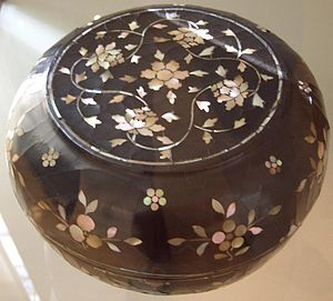 Lacquer - Lacquer box with inlaid mother of pearl peony decor, Ming Dynasty, 16th century