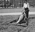 Maaien van het gras in de perken, Bestanddeelnr 911-4735.jpg