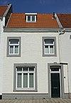 foto van Bakstenen huis met vensters in Naamse steen.