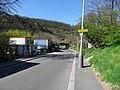 Malá Chuchle, Podjezd, rozcestník a železniční most.jpg