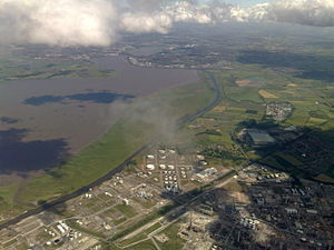 Manchester Ship Canal - The ship canal alongside the Mersey between Stanlow and Runcorn, looking east