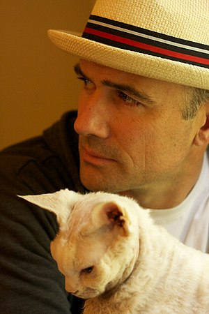 Mark Z. Danielewski - Image: Mark Z. Danielewski with hat and cat