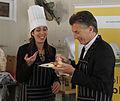 Mauricio Macri asistió a un taller sobre alimentos para celíacos en un comedor comunitario de Villa Soldati (8031088428).jpg