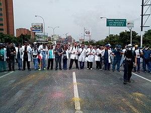 Очередь врачей, блокирующих улицу
