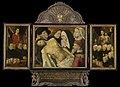 Memoriedrieluik (voorheen genoemd de Gertz memorietafel) met de bewening (middenpaneel), negen stichters met de heilige Johannes de evangelist (binnenzijde linkervleugel), negen Rijksmuseum SK-A-4488.jpeg