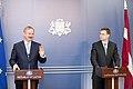 Ministru prezidents Valdis Dombrovskis tiekas ar EK viceprezidentu un Transporta lietu komisāru Sīmu Kallasu (6688679431).jpg
