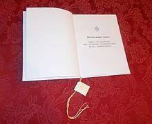 Copia della bolla Misericordiæ Vultus autografata da papa Francesco e da lui consegnata l'11 aprile 2015, primi vespri della domenica della Divina Misericordia